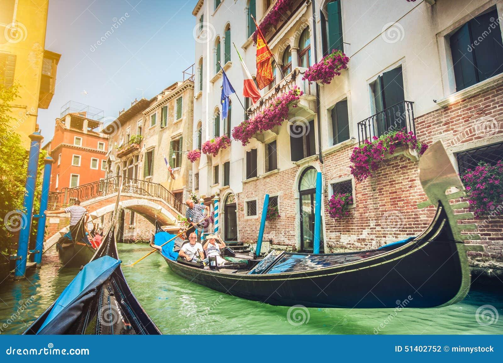Gondoler på kanalen i Venedig, Italien med retro tappning Instagram