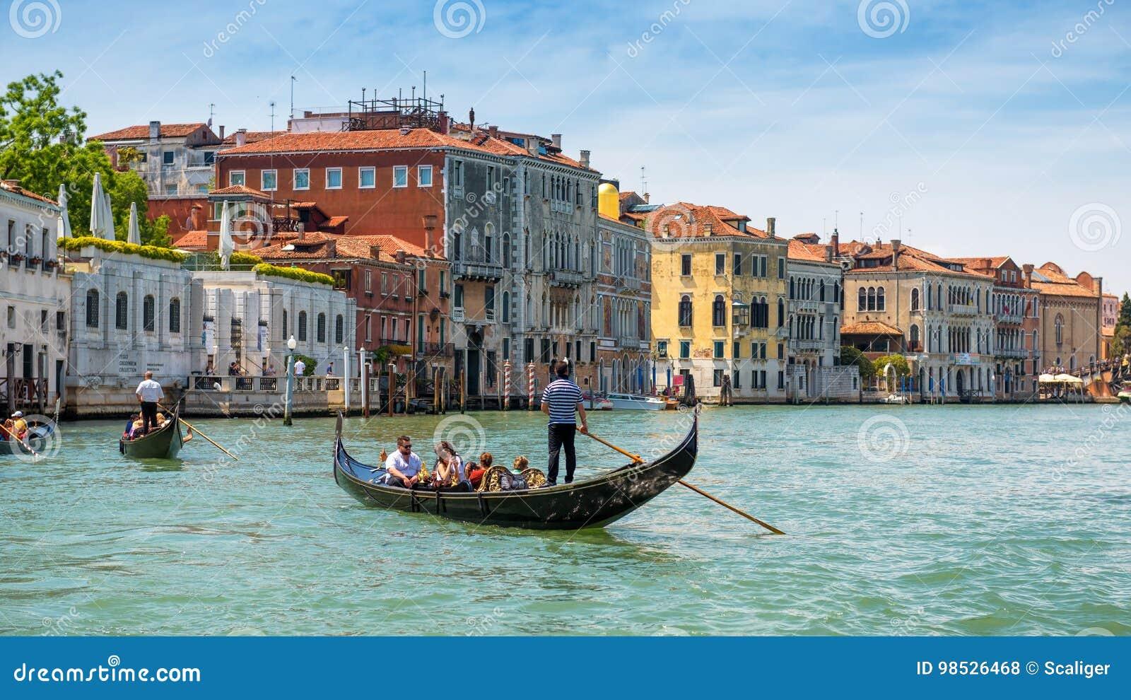 Gondoler seglar längs Grand Canal i Venedig