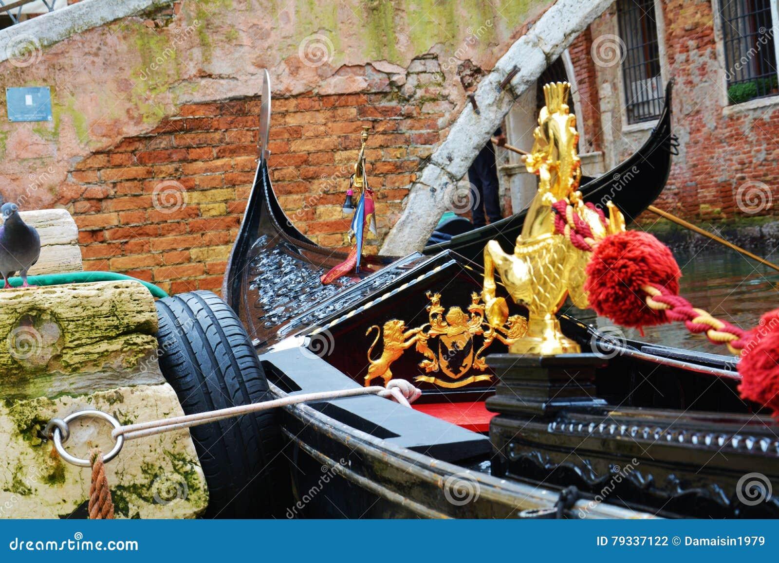 Gondoles contre les briques, Venise, Italie