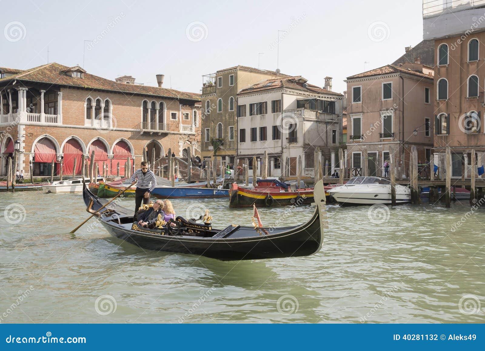 Gondolier плавает на гондолу с туристами