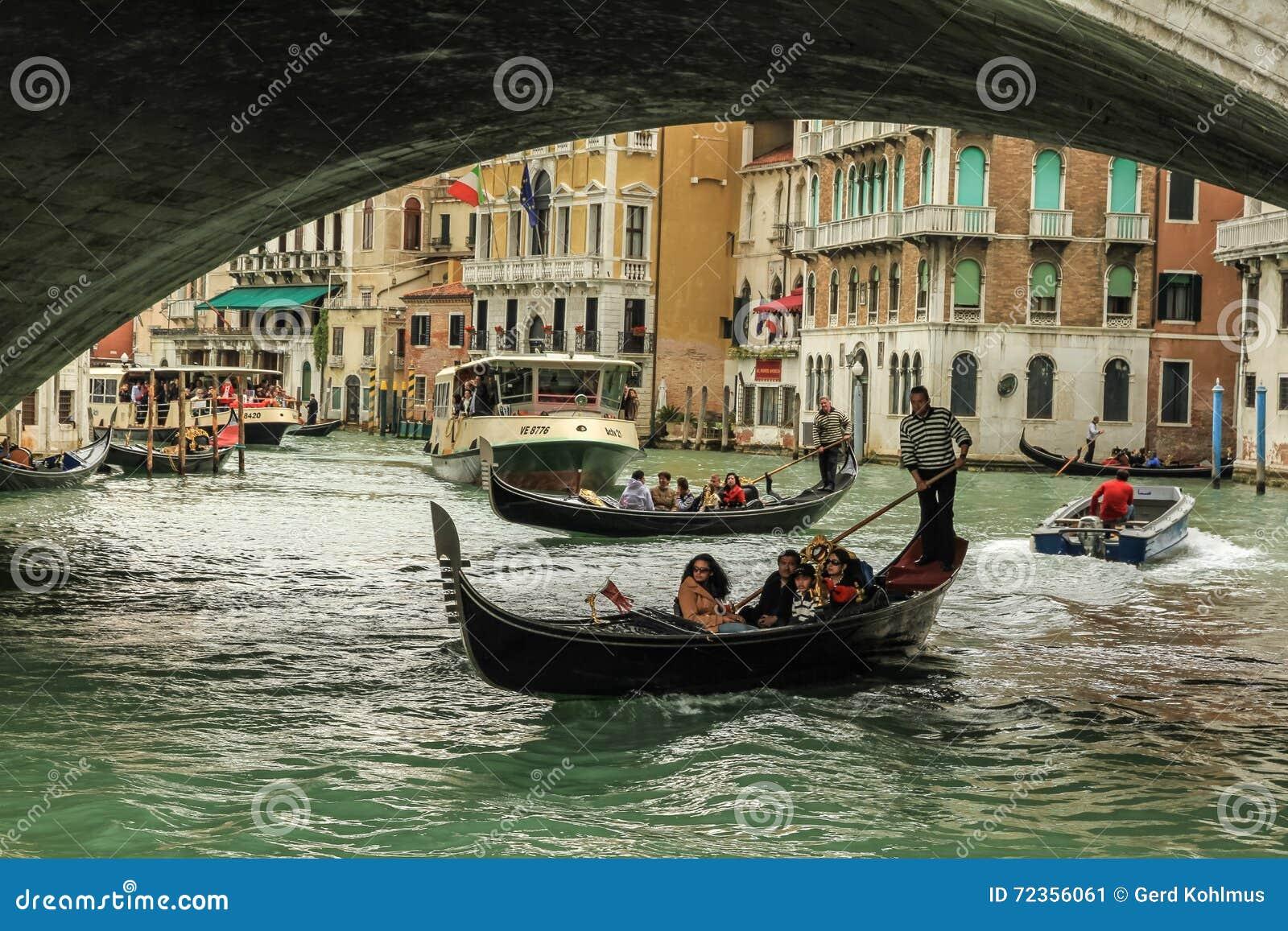 Gondoliere在工作在Rialto桥梁下