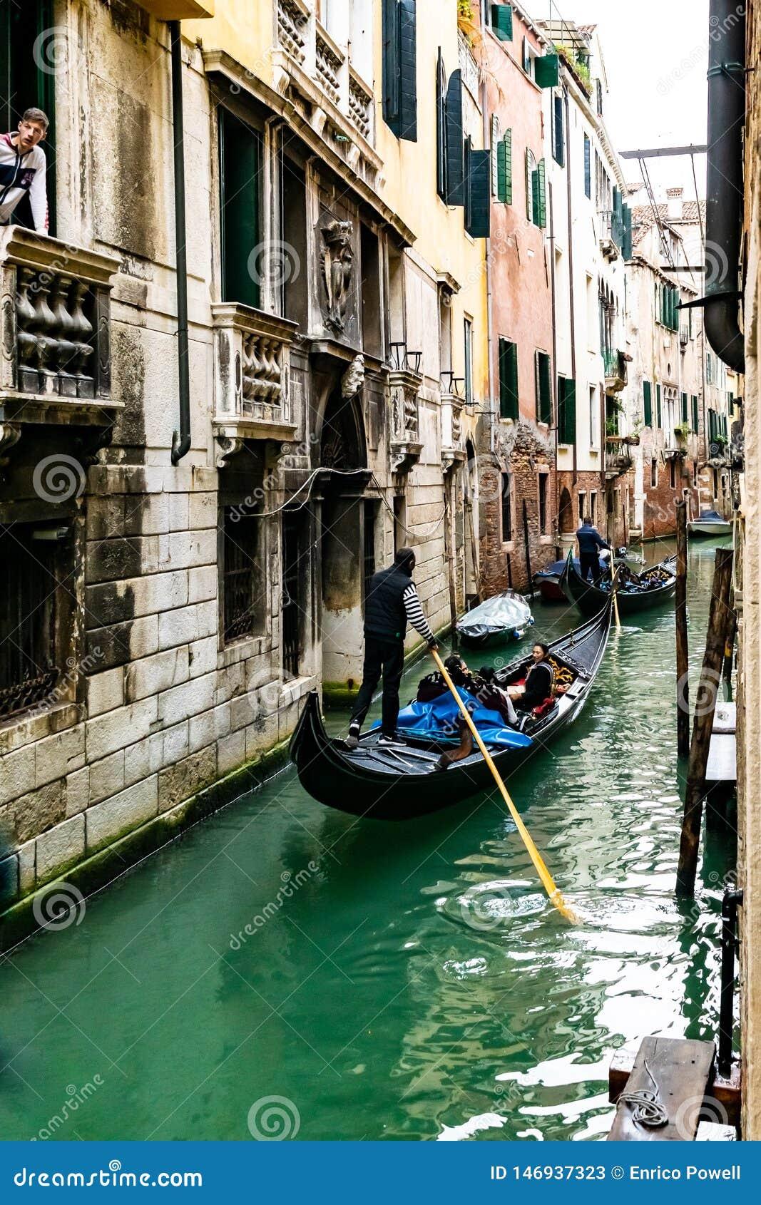 Gondoliery żegluje przesmyka wodnego kanał z łodziami cumować, dokować, parkować obok budynków w Wenecja żeglują gondole/, Włochy