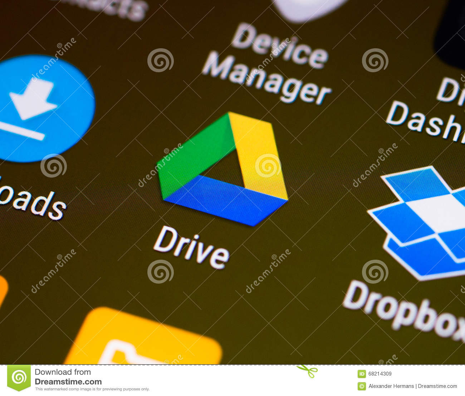 Google conduz a unha do polegar/logotipo da aplicação em um smartphone do androide