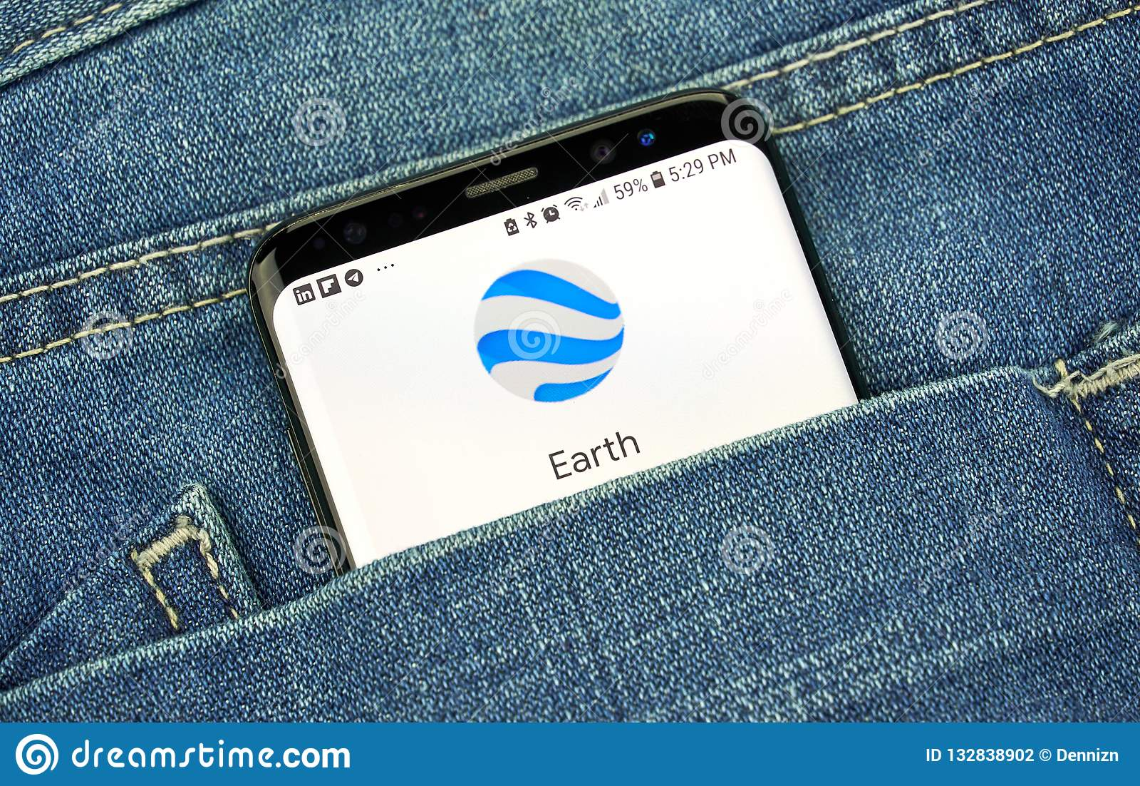 Google Earth sur un écran de téléphone dans une poche