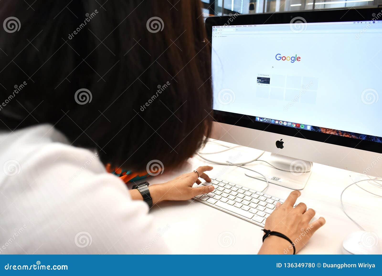 Google-het Zoekenconcept, Gebruiker typt sleutelwoord in Google-onderzoeksbar op computerbrowser