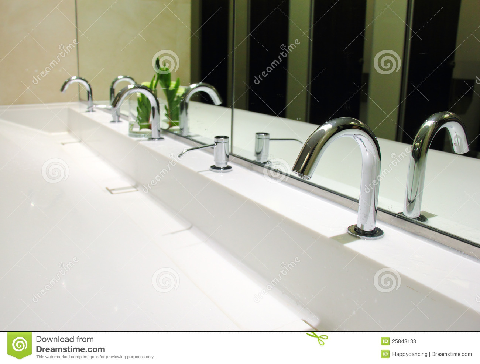 Gootstenen en kranen in toilet