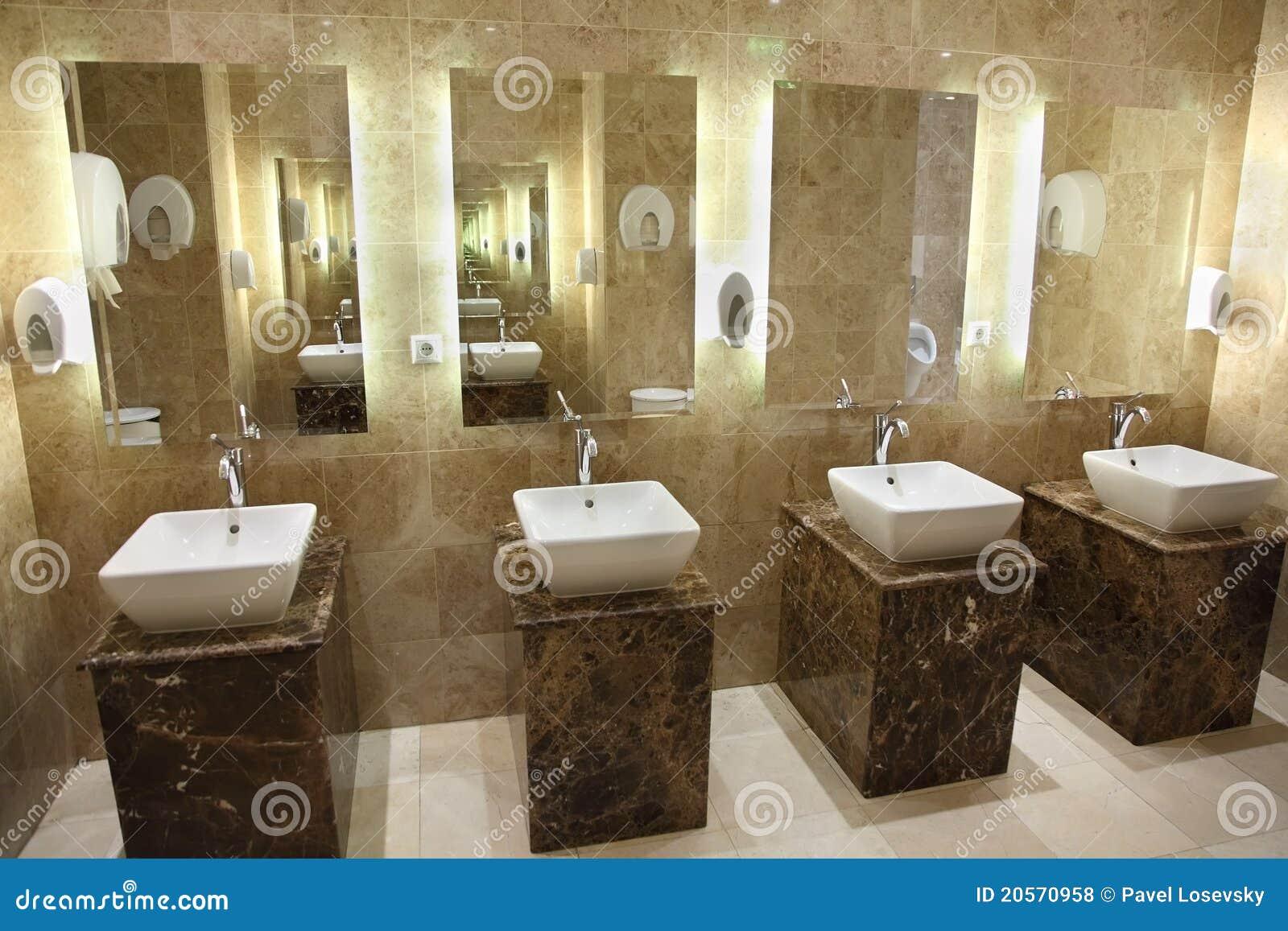 Gootstenen en spiegels in openbare toiletten stock foto - Espejos para lavabos ...