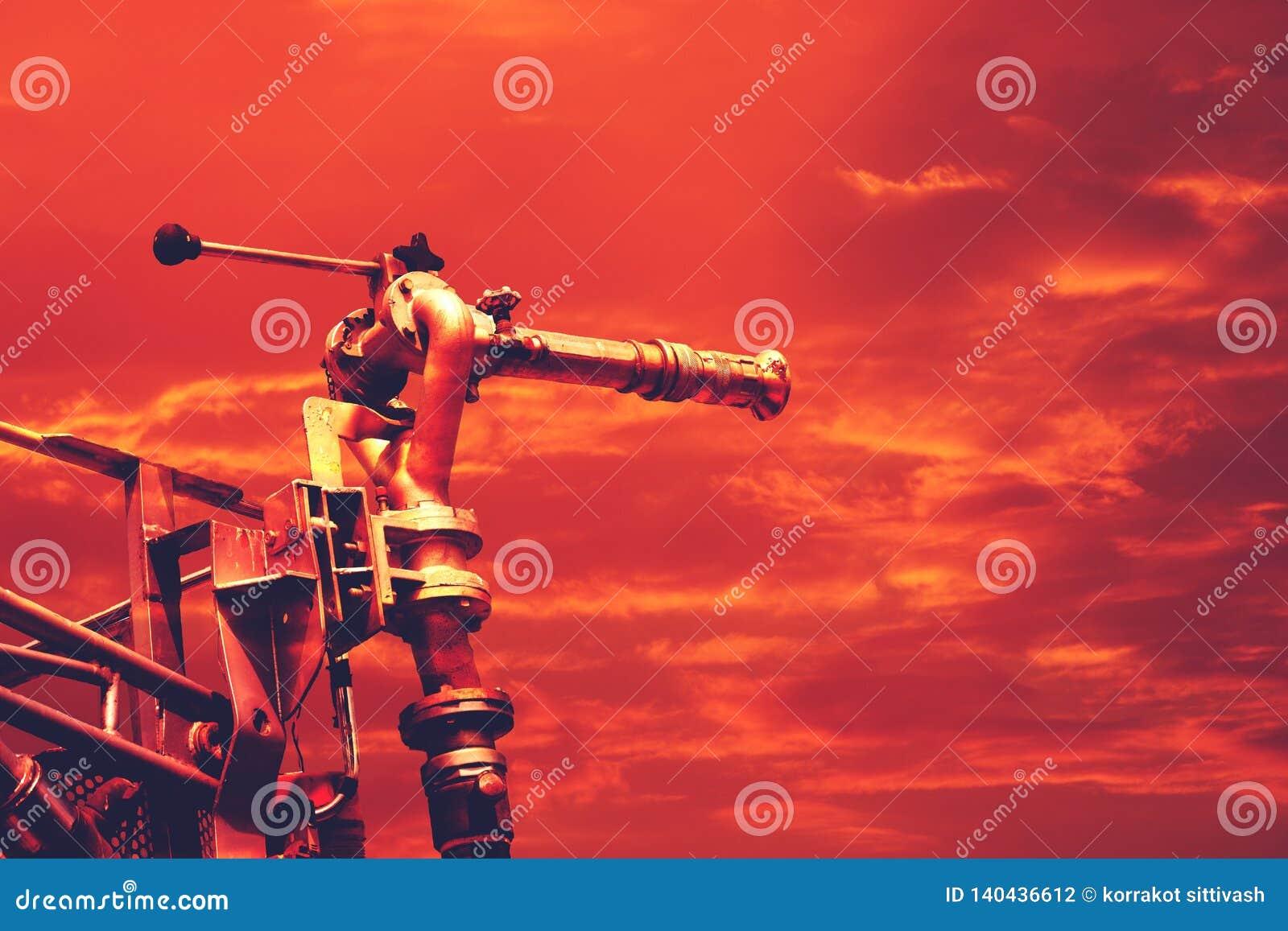 Gorąca temperatura, firetruck kanonu wysokości wodny nacisk na dramatycznym czerwonym niebie