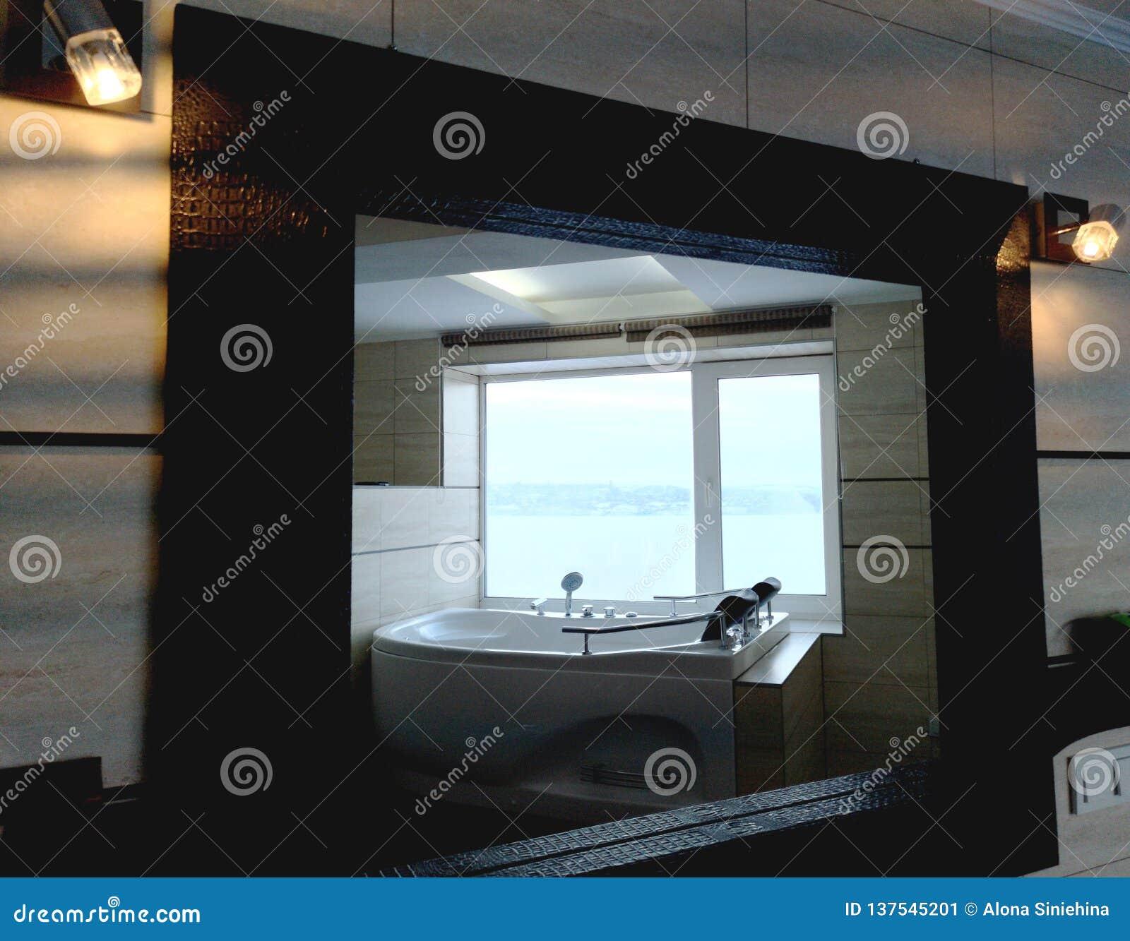 Gorąca balia w pokoju hotelowym Piękny widok, relaks i relaks, Fotografia przez odbicia lustro