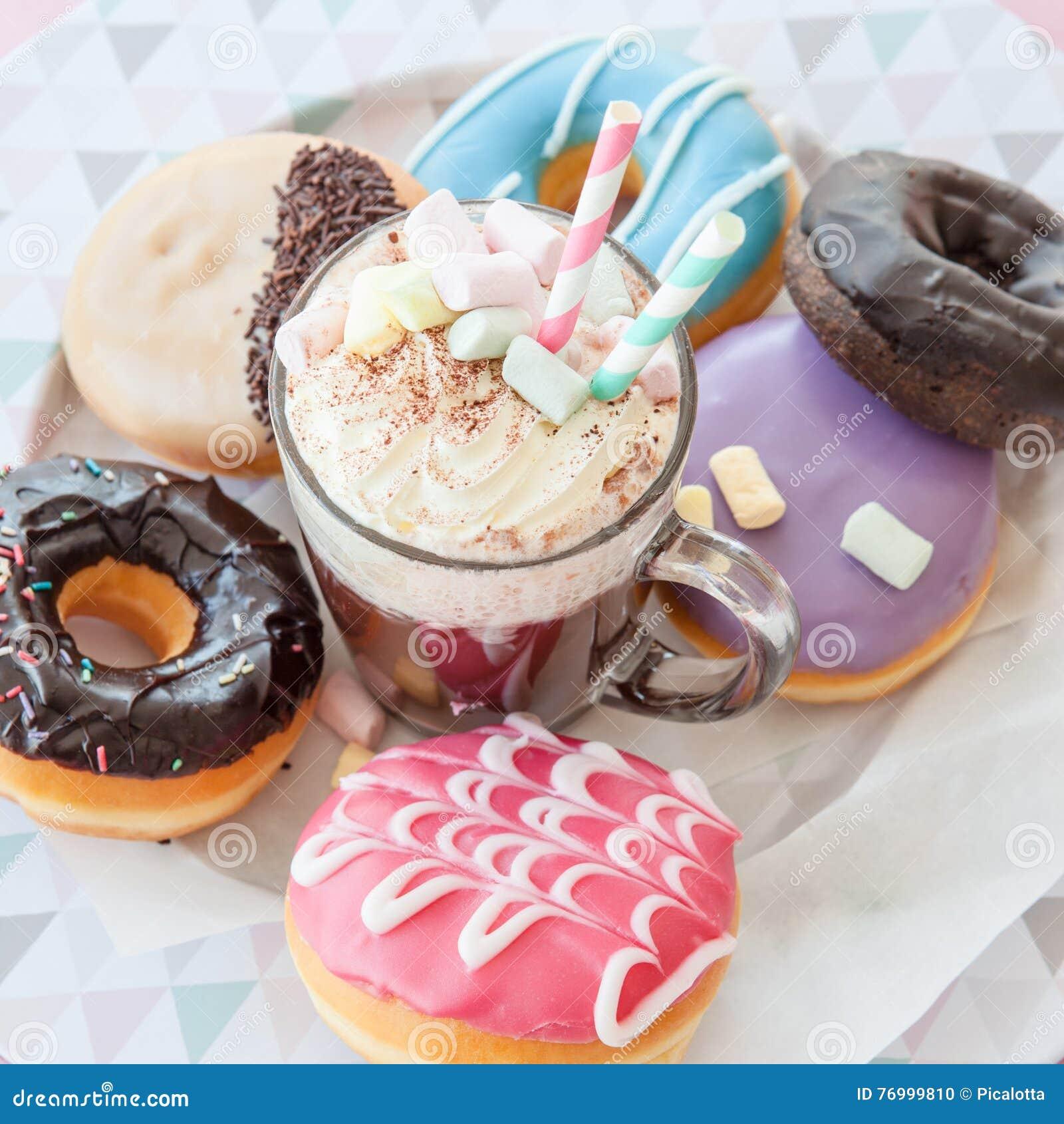 Gorąca czekolada i donuts