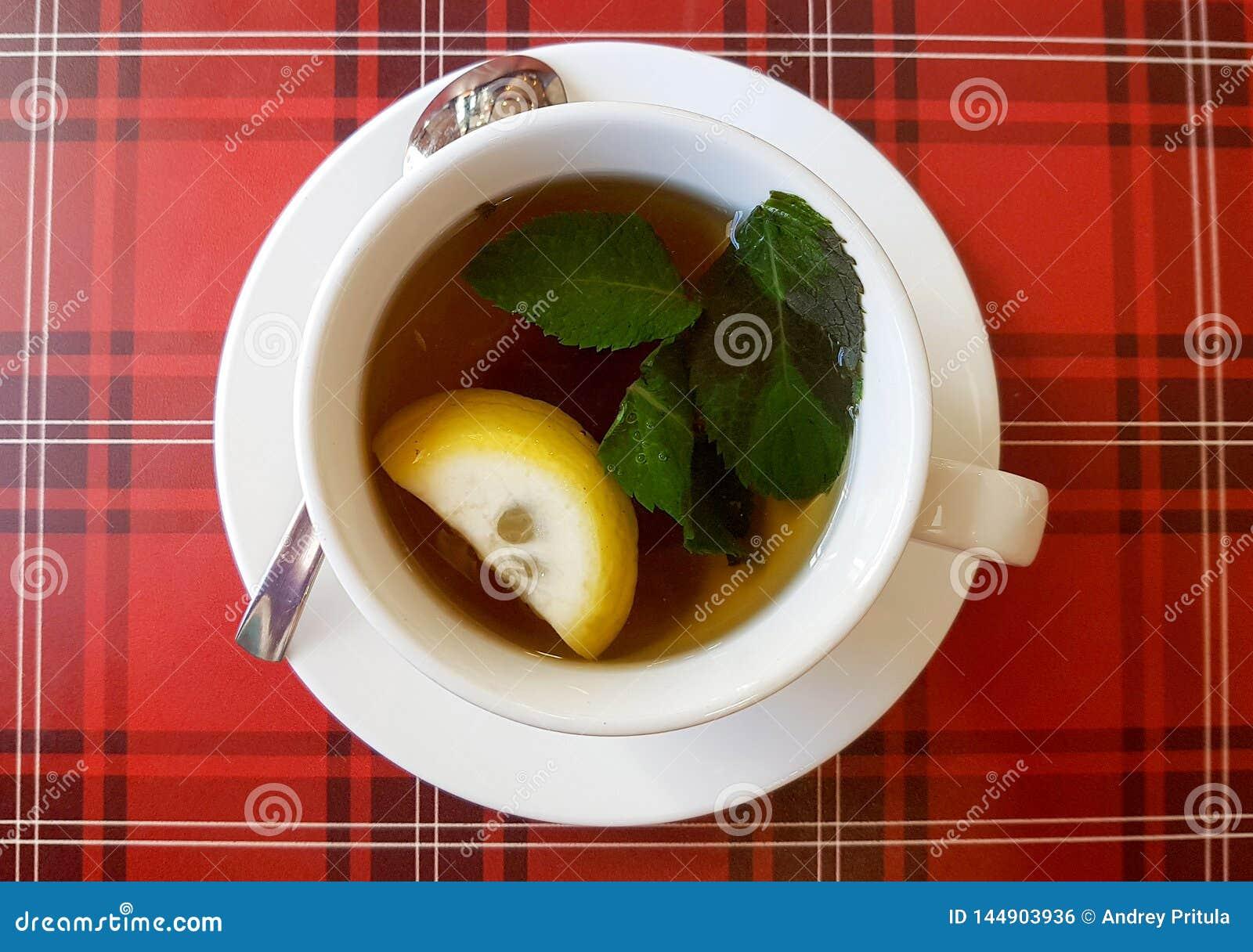 Gorąca filiżanka herbaciana whith cytryna, mennica i