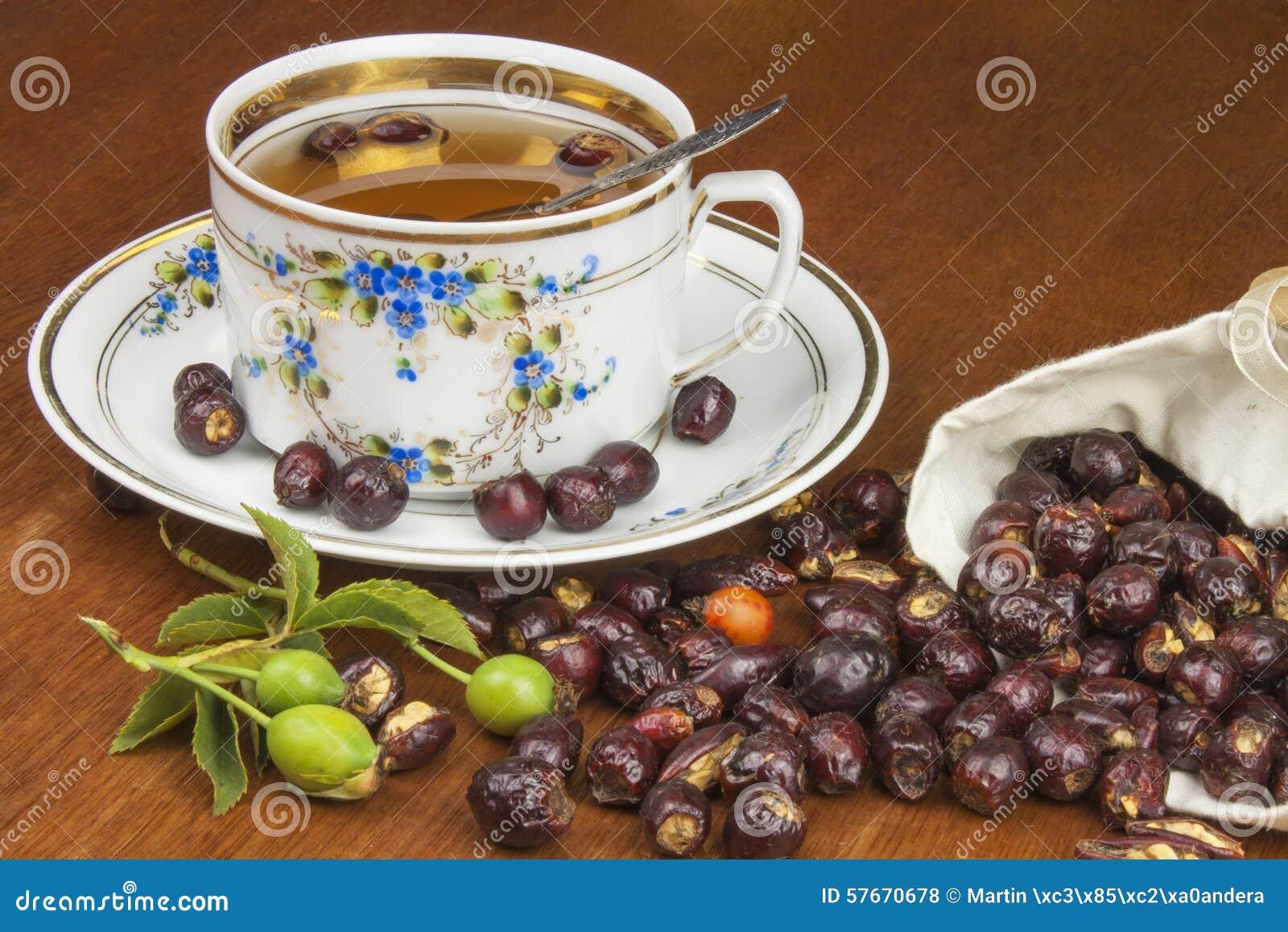 Gorąca herbata z cytryną i czerwieni strzała w stole Domowy traktowanie dla zimn i grypy