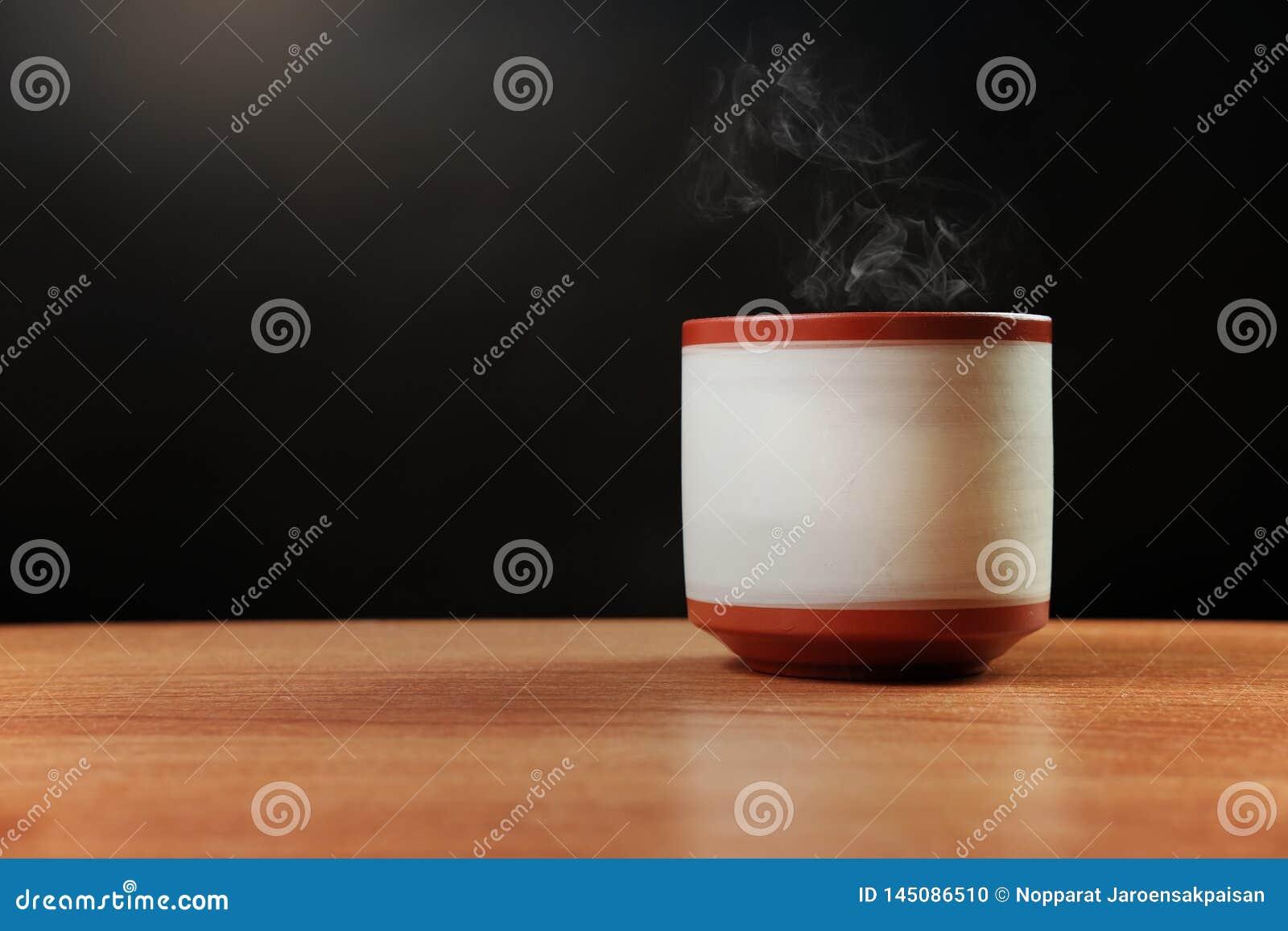 Gorąca herbata z kontrparą w ceramicznej herbacianej filiżance