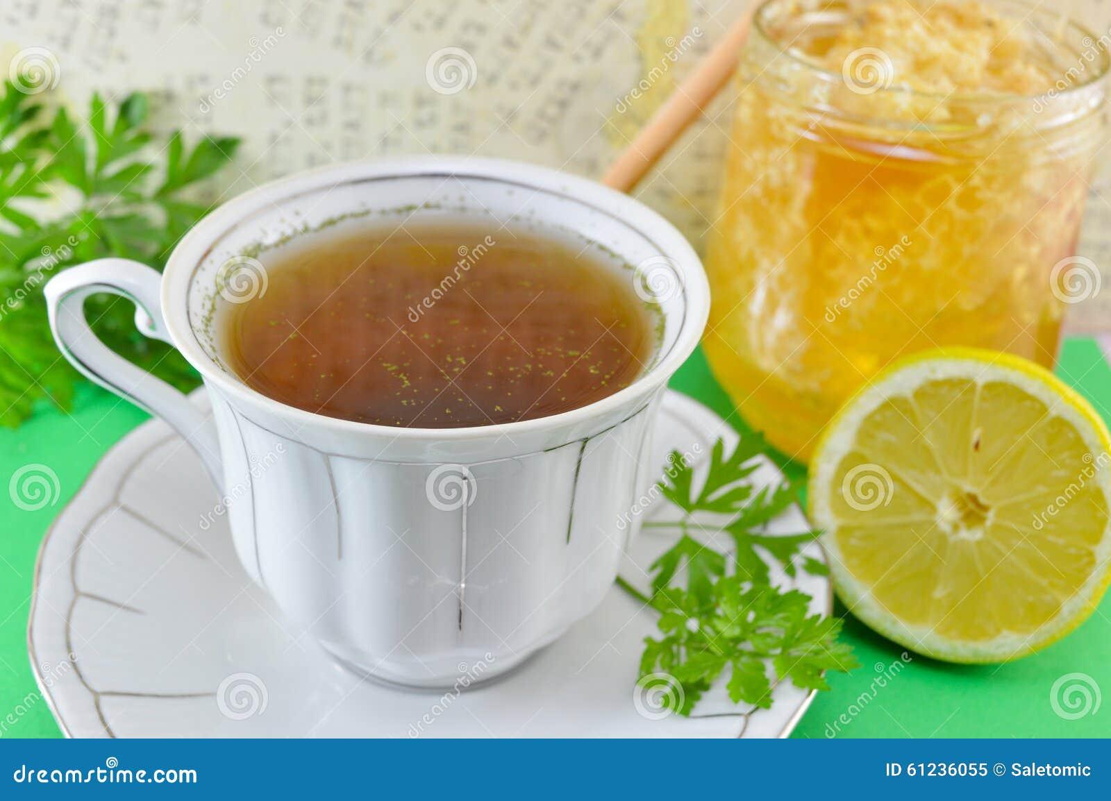 Gorąca herbata z pietruszką, cytryną i miodem,