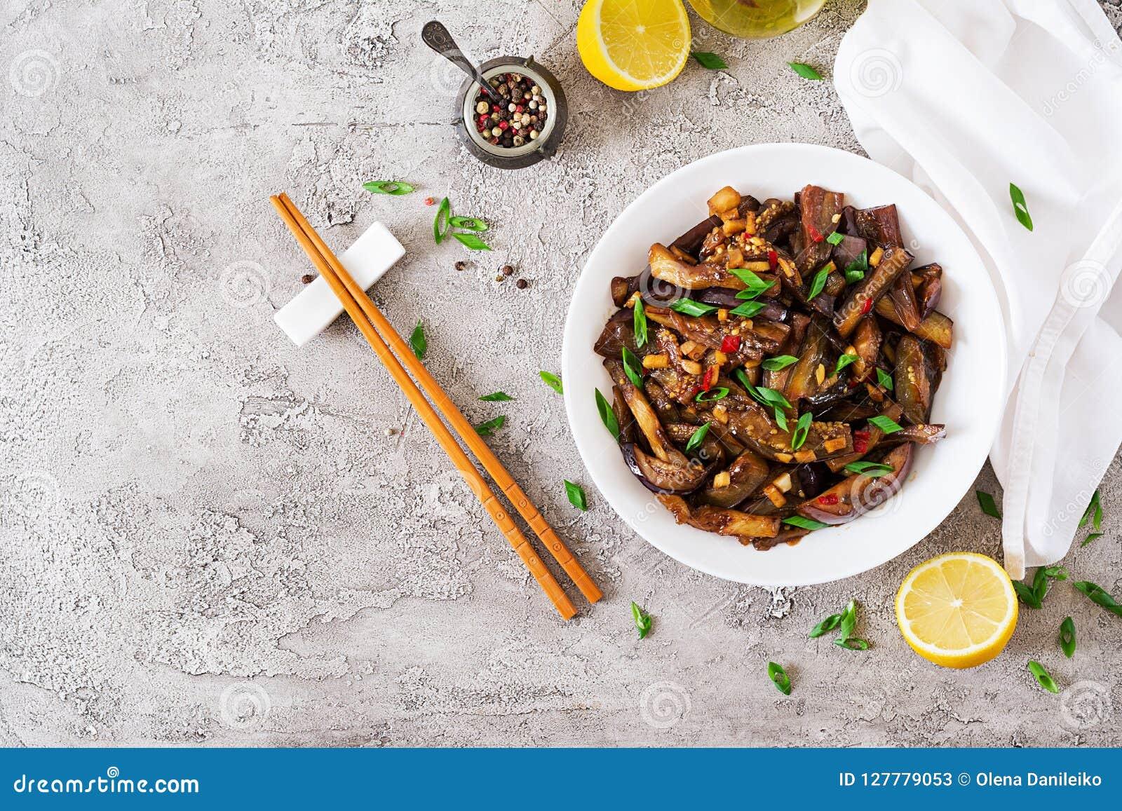 Gorąca korzenna gulasz oberżyna w koreańczyka stylu z zieloną cebulą