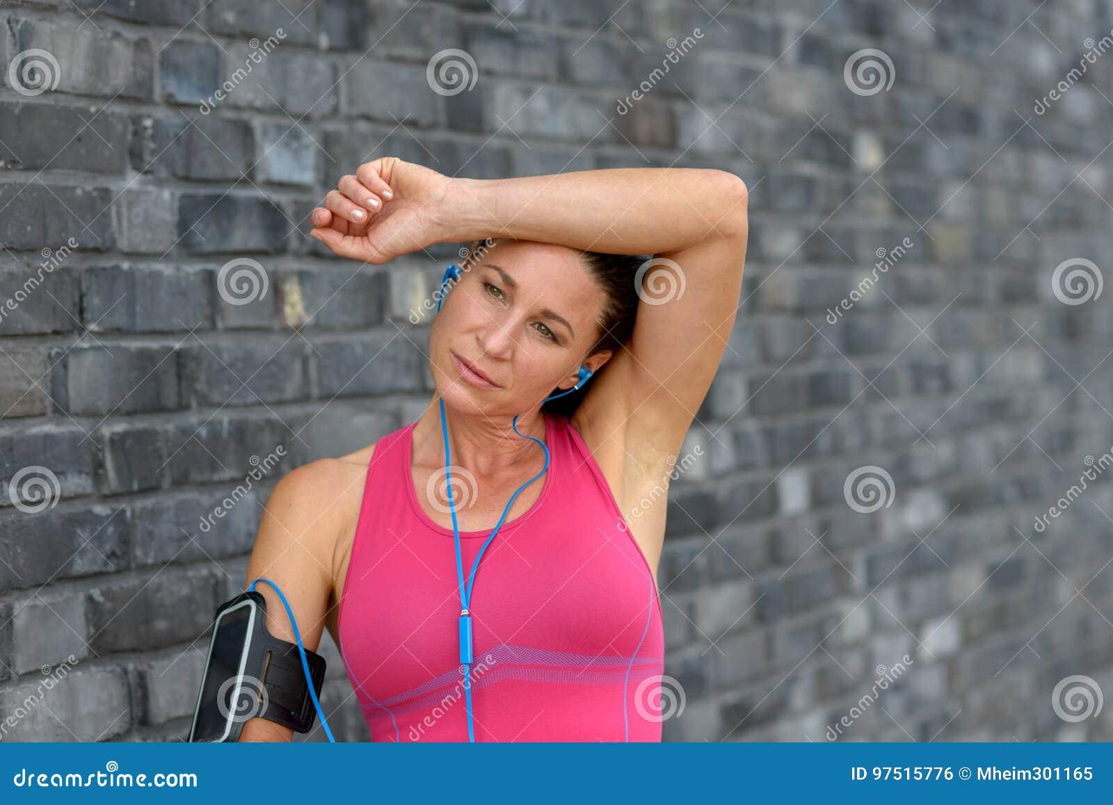 Gorąca przepocona młoda kobieta wyciera jej czoło