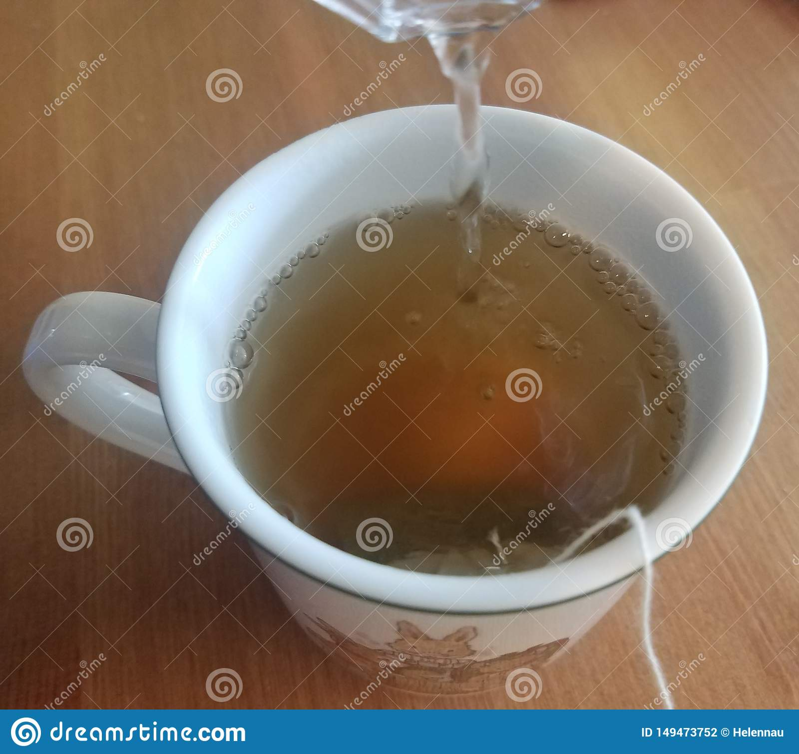 Gorąca zielona herbata warzy w białej filiżance