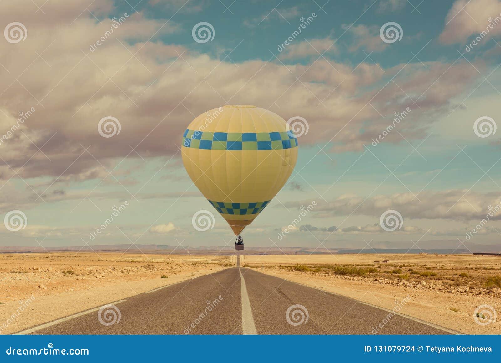 Gorące powietrze balon nad pustynią i drogą
