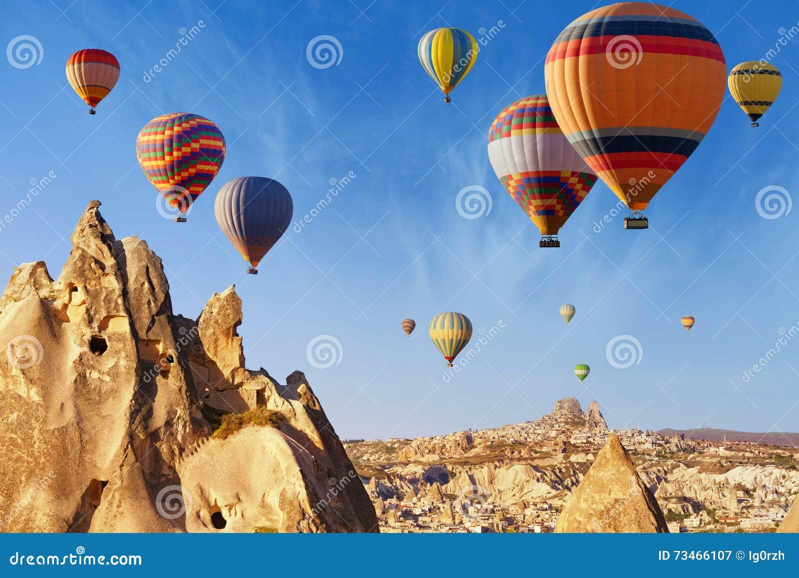 Gorącego powietrza latanie balonem blisko Uchisar kasztelu, Cappadocia