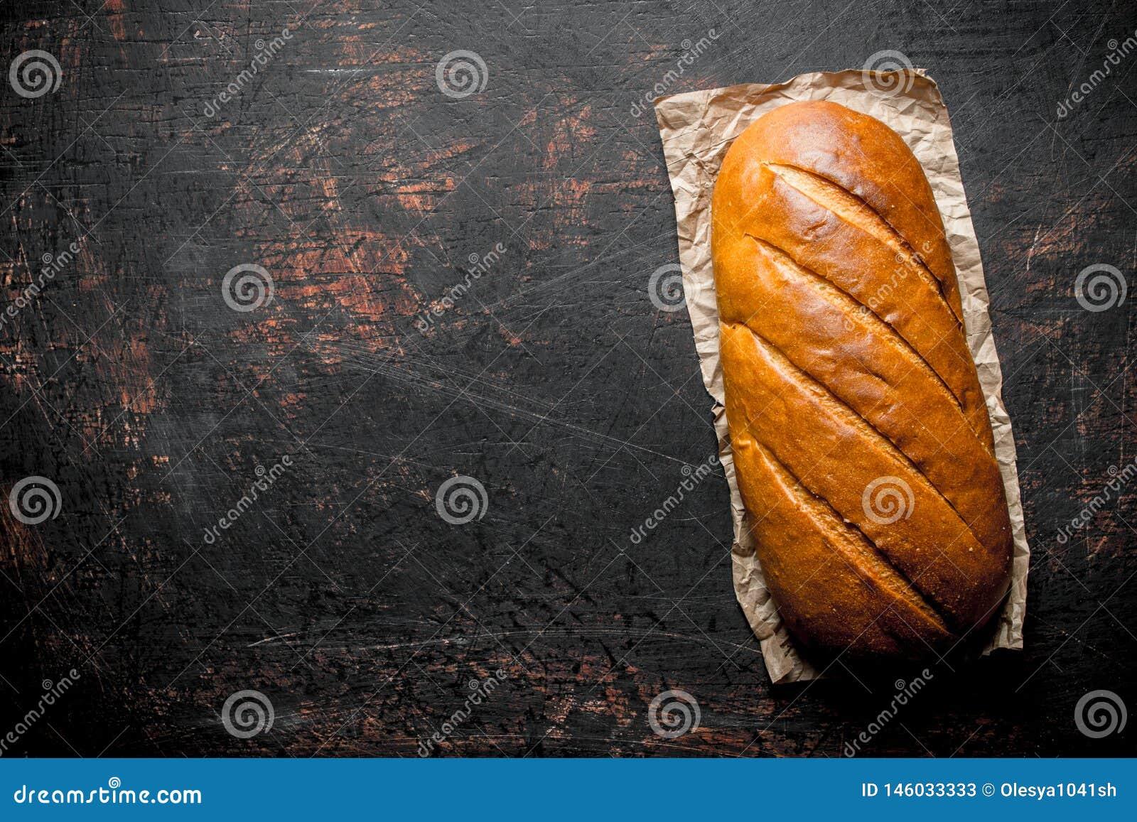 Gorący świeży chleb na papierze