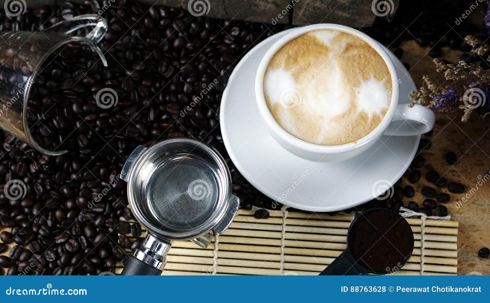 Gorący cappuccino z lejącym się mlekiem