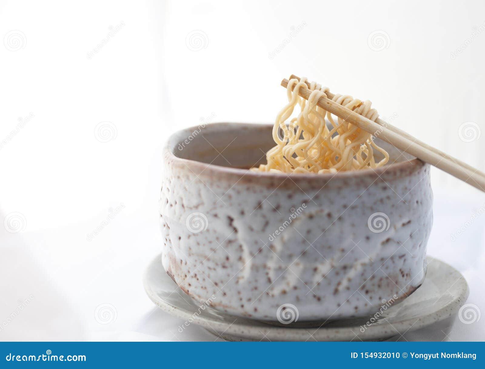 Gorący i korzenny natychmiastowy kluski w glinianym pucharze