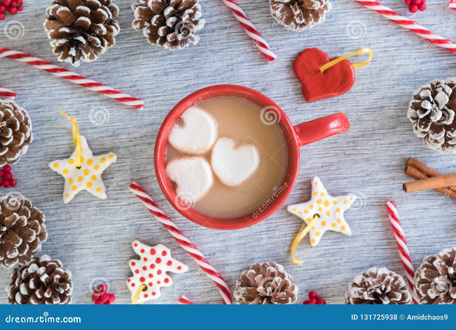 Gorący kakao w czerwonym kubku z kierowego marshmallows mieszkania przygotowania nieatutowymi bożymi narodzeniami