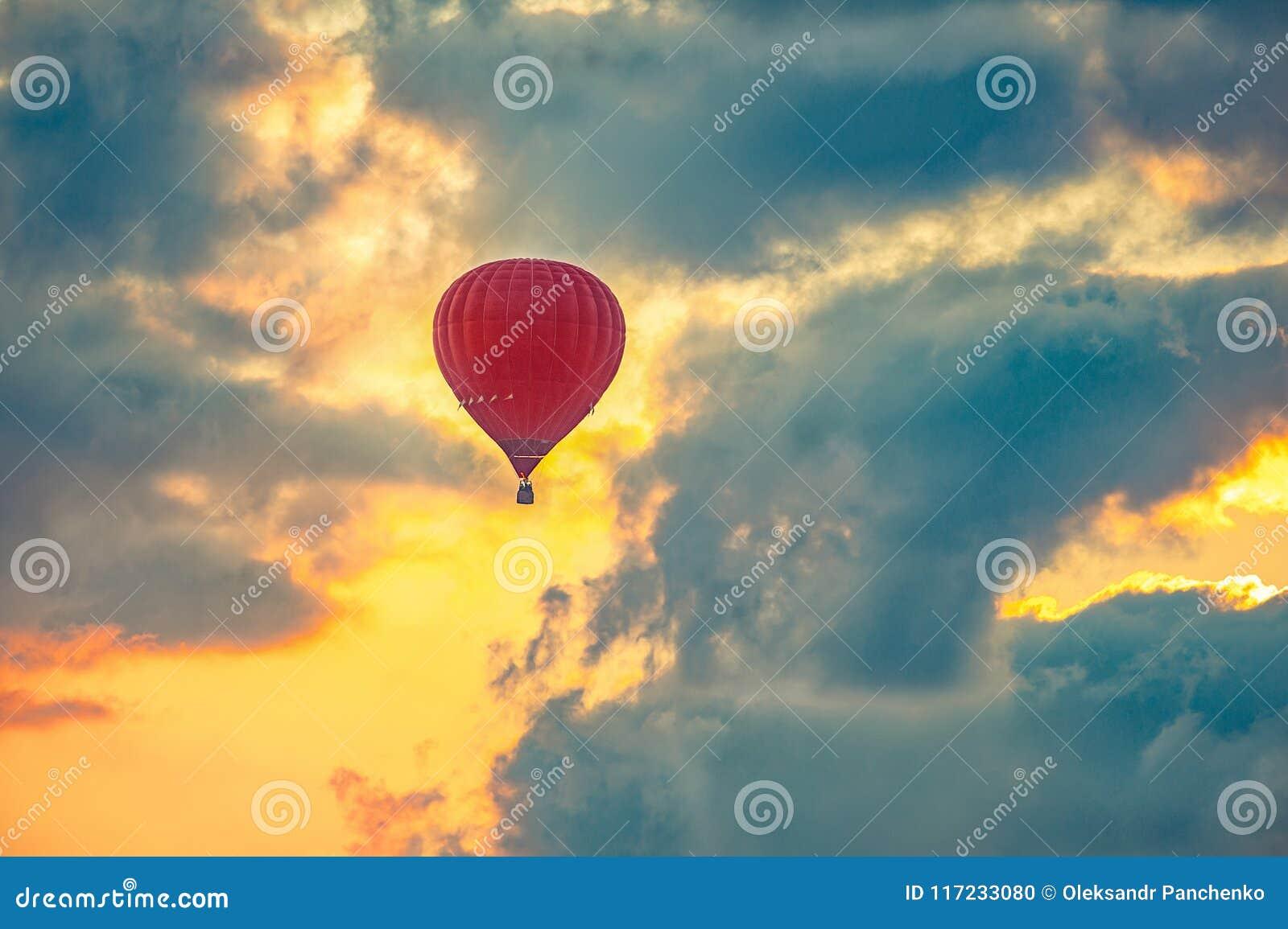 Gorący lotniczego balonu latanie w pięknym niebie podczas wschodu słońca,