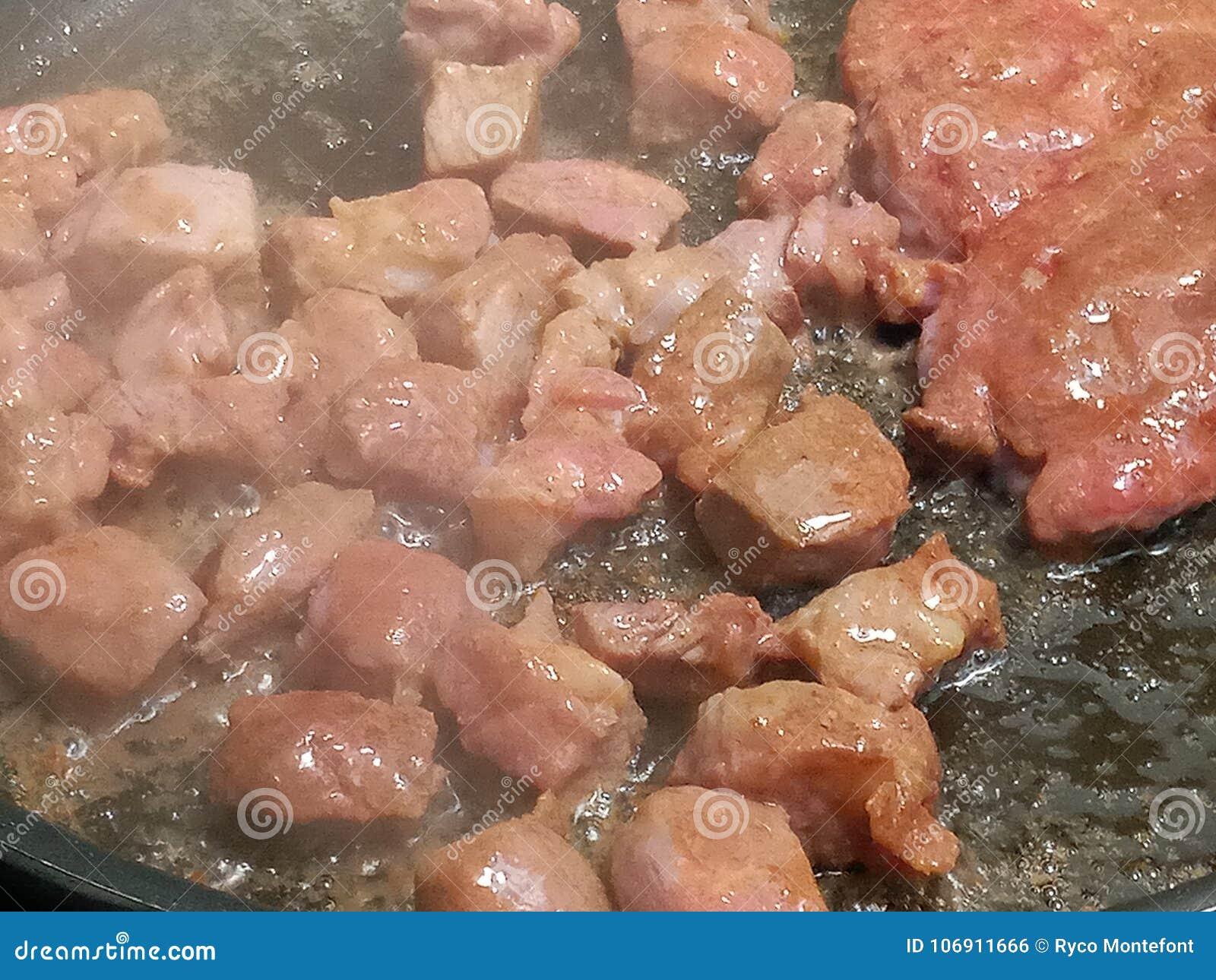 Gorący parowy wydźwignięcie od niecki smaży wieprzowinę