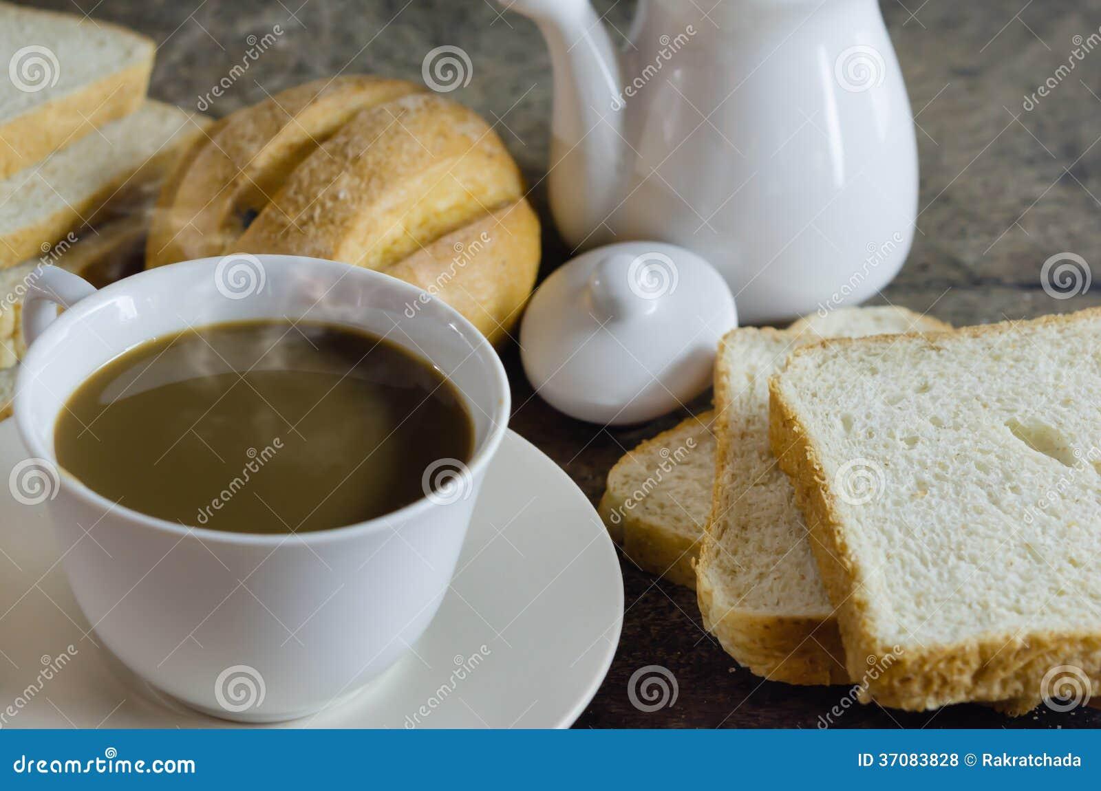 Download Gorąca kawa i chleb zdjęcie stock. Obraz złożonej z brąz - 37083828