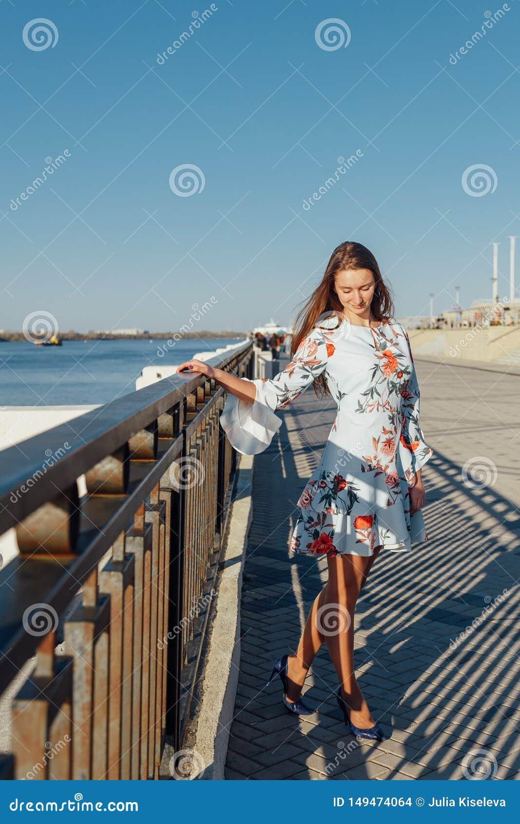 Gor?cej lato dziewczyny pi?kna damy odzie?y mody jedwabiu seksownej sukni przypadkowi ubrania