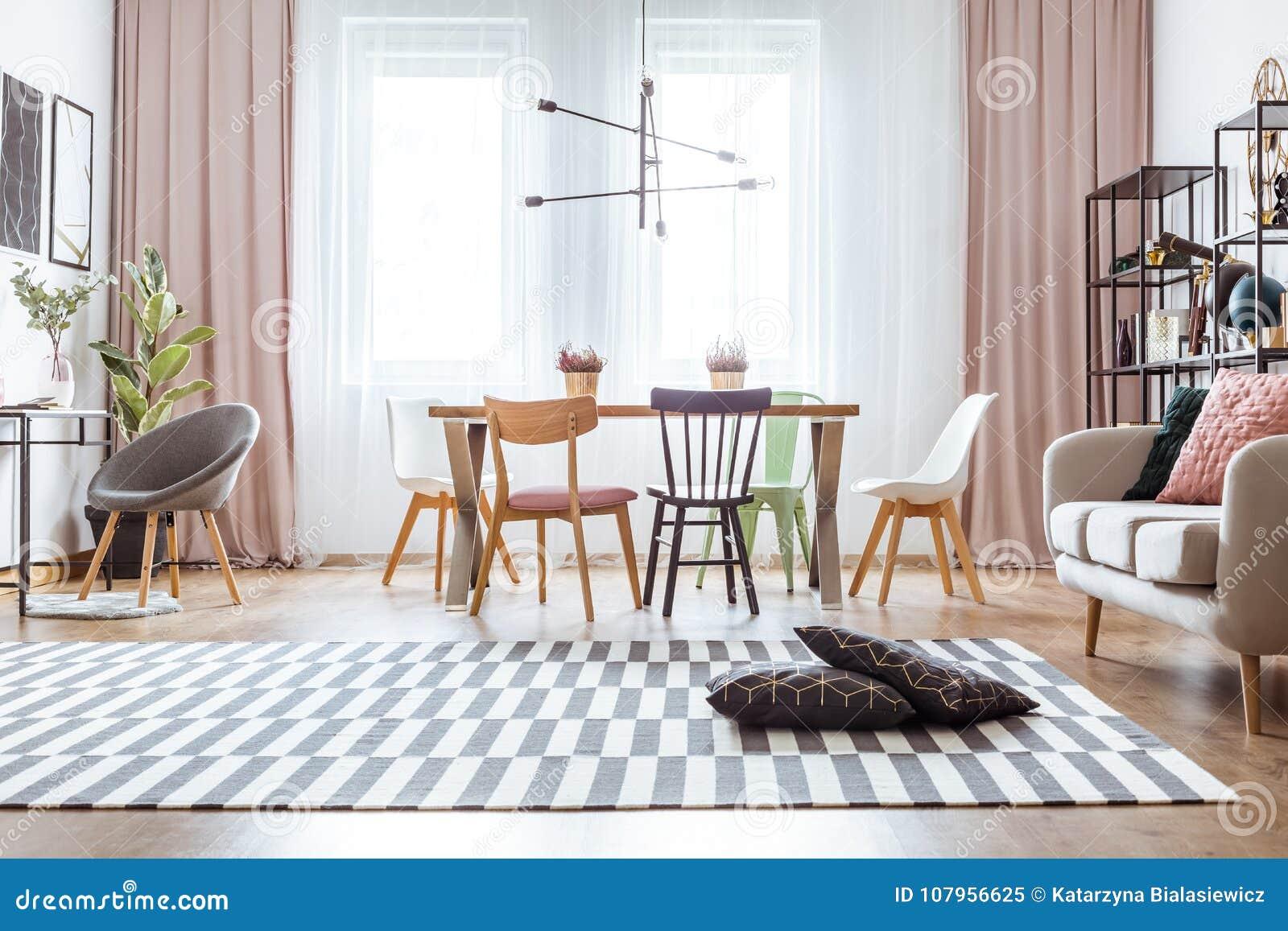 Gordijn in comfortabele woonkamer