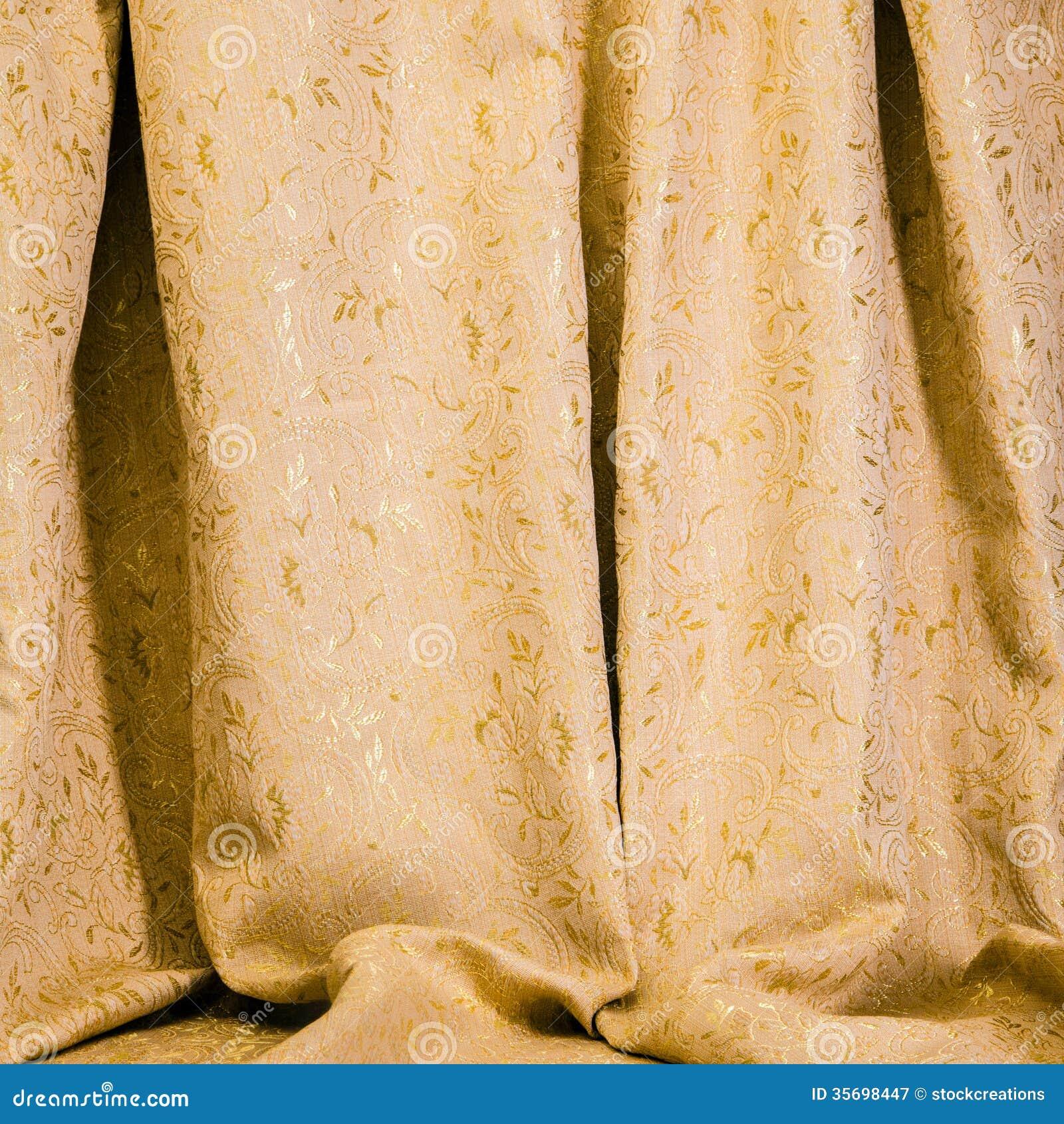 Gordijn van gouden damastmateriaal