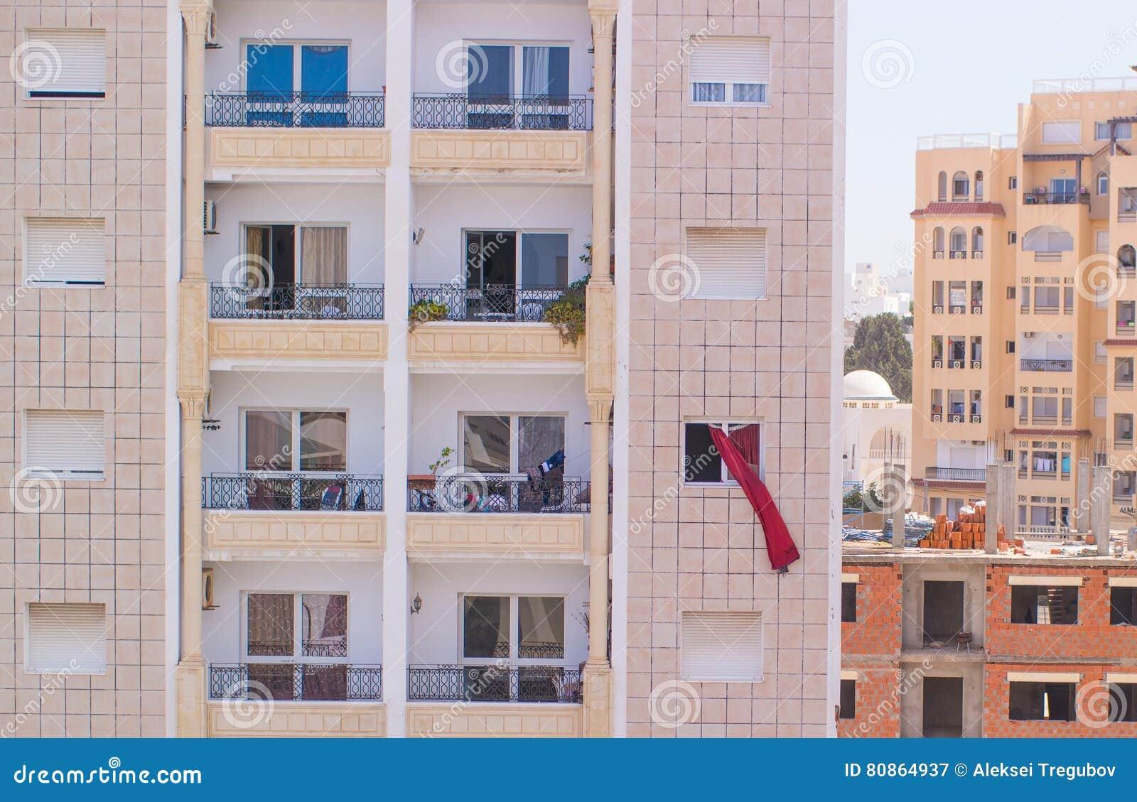 gordijnen die in de wind buiten het venster blazen