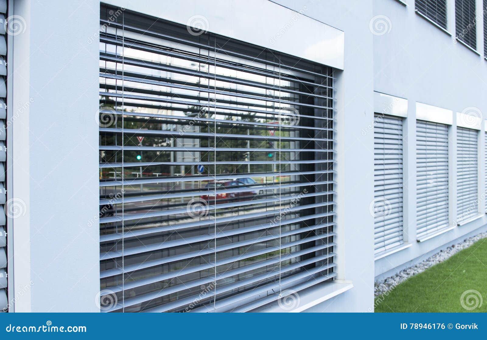 gordijnen zonneblinden op de vensters buiten de onderneming