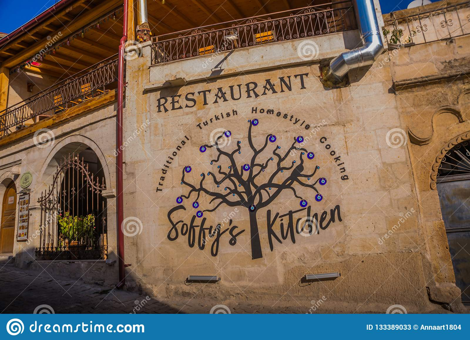 GOREME, ΤΟΥΡΚΊΑ: εστιατόριο στην οδό, διακόσμηση-δέντρο με τα μπλε μάτια Το Goreme είναι πόλη σε Cappadocia, επαρχία Nevsehir, κε