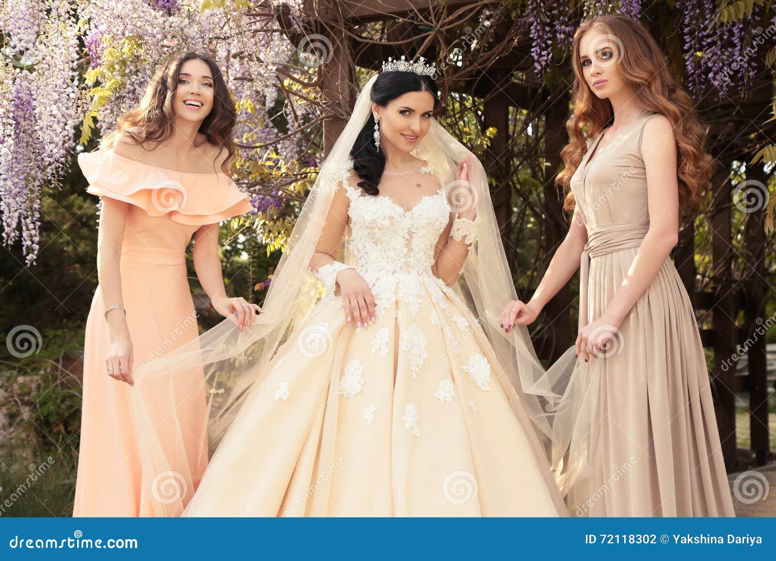 Как одеться на свадьбу девушке осенью фото