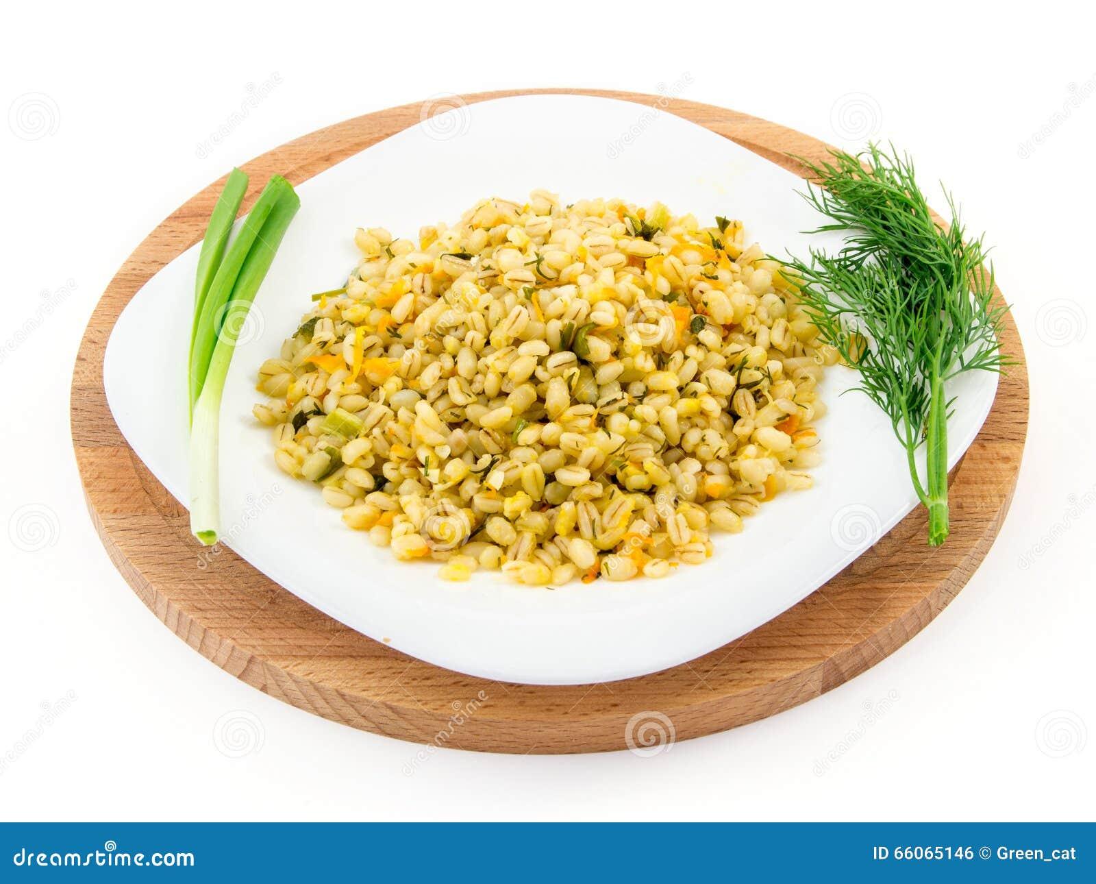 Gort in een plaat met groenten, dille en groene ui, selectieve nadruk