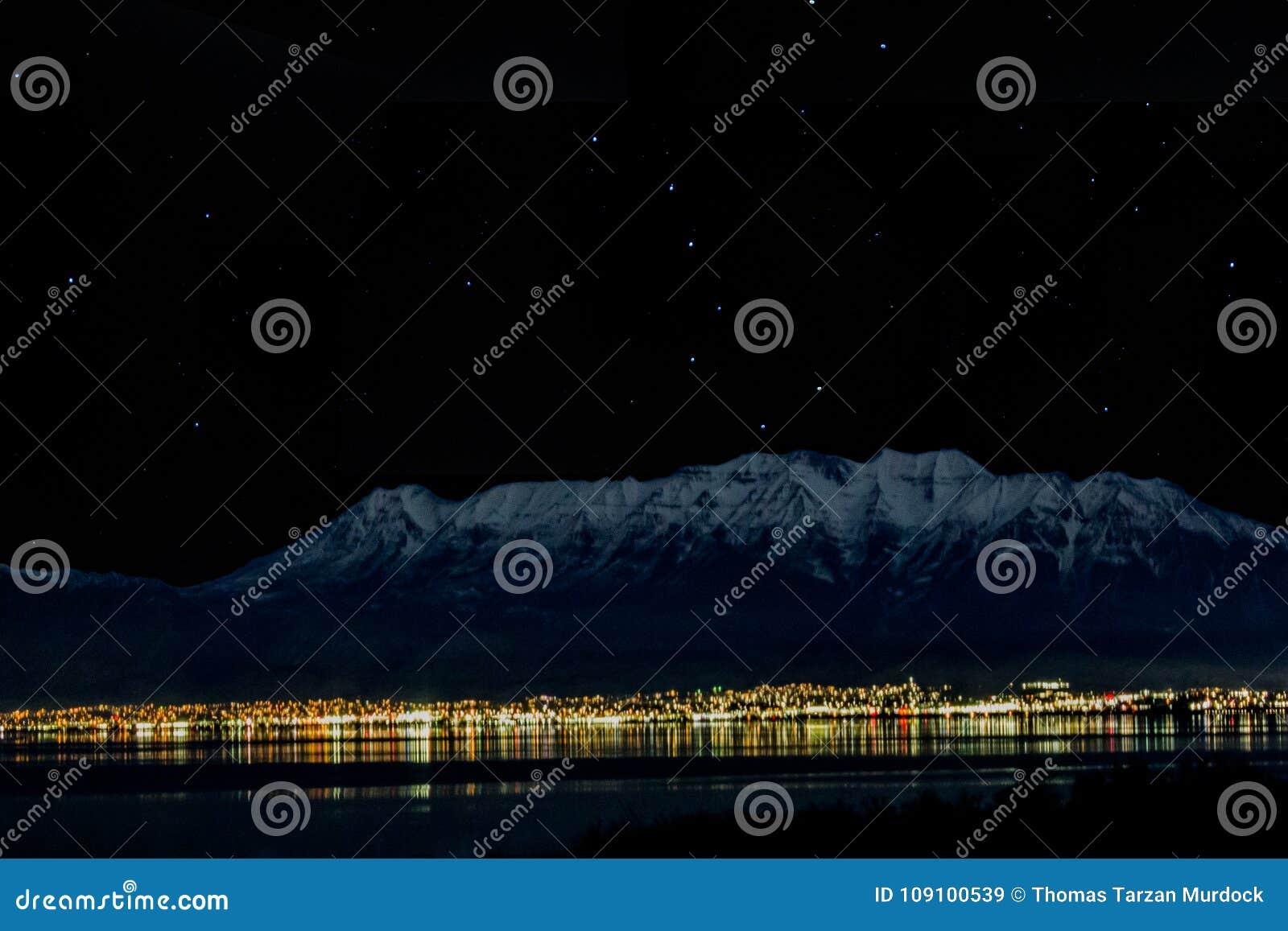 1-28-2018- Goshen, Utah/USA - Timpanogos de enfrente del lago en la noche con la demostración de las estrellas y del cazo grande