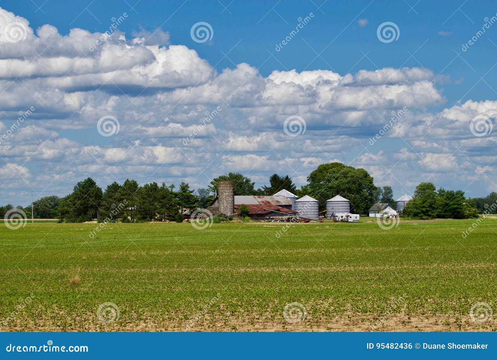 Gospodarstwo rolne w południowym Ohio planu pobliskim mieście