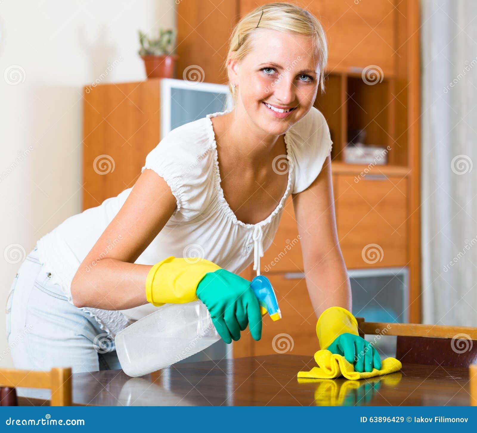 Gospodyni domowa robi porządkowaniu