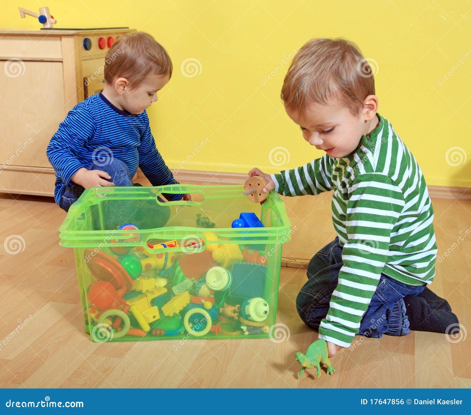 Gosses jouant dans le jardin d enfants