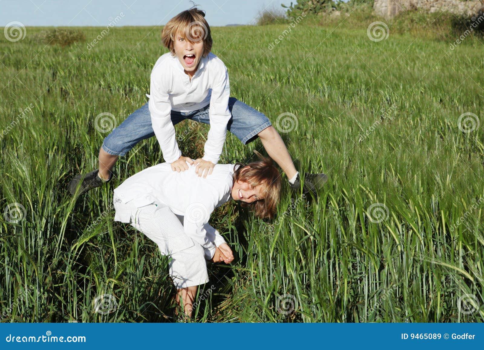 Gosses jouant saute-mouton