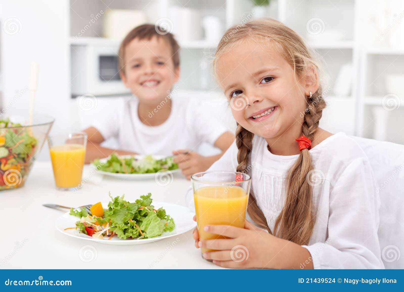 Gosses mangeant un repas sain