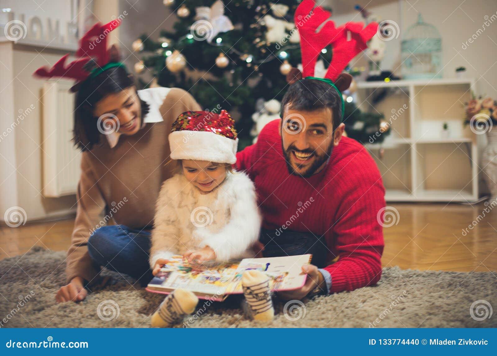 Gosta de ler contos de fadas com sua família