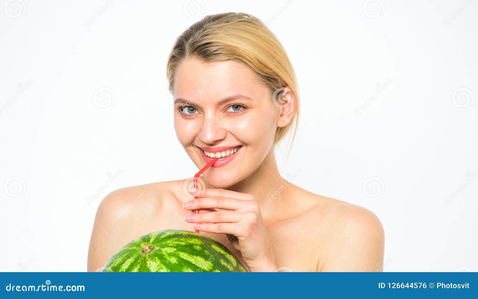 Gosto do conceito do verão Aprecie o suco natural Bebida do cocktail da melancia Relaxe e aprecie o frescor Menina sedento