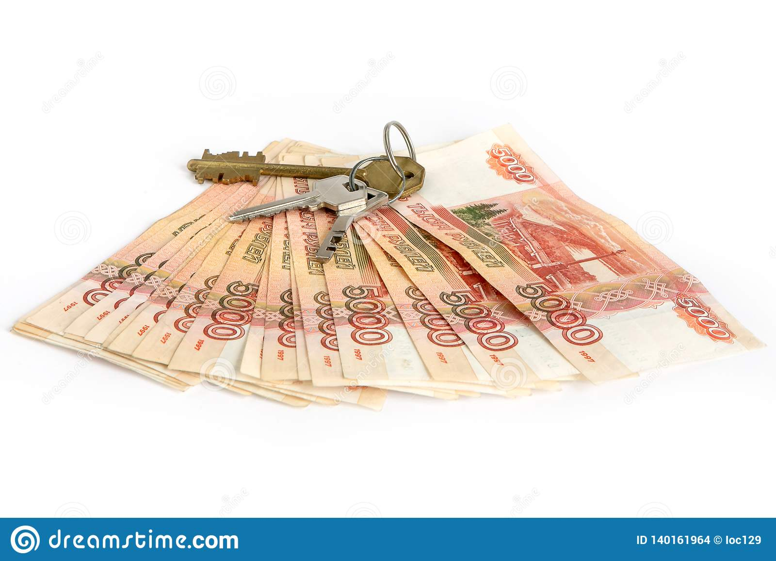 Gotówkowy tło biel Klucze mieszkanie na pieniądze Rachunki 5 tysiąc ruble, rozprzestrzeniają za fan jak