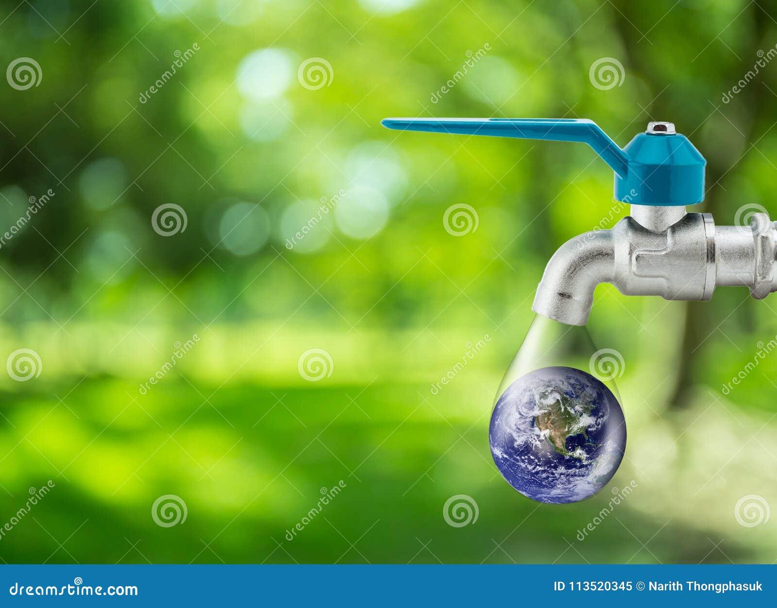 Gota da água que corre do reflorestamento do aqua da economia da torneira do torneira conceptual