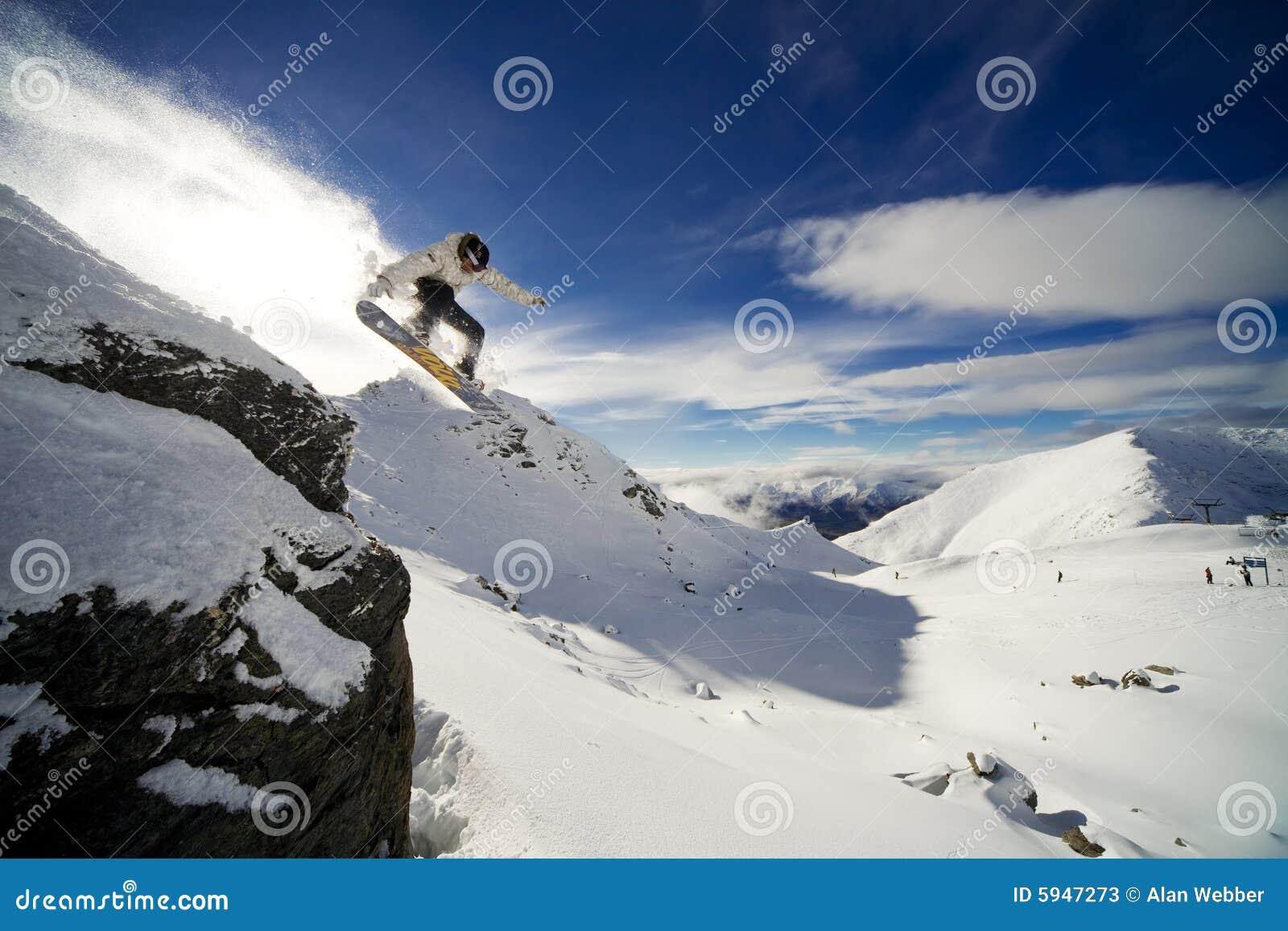 Gota del acantilado del Snowboard