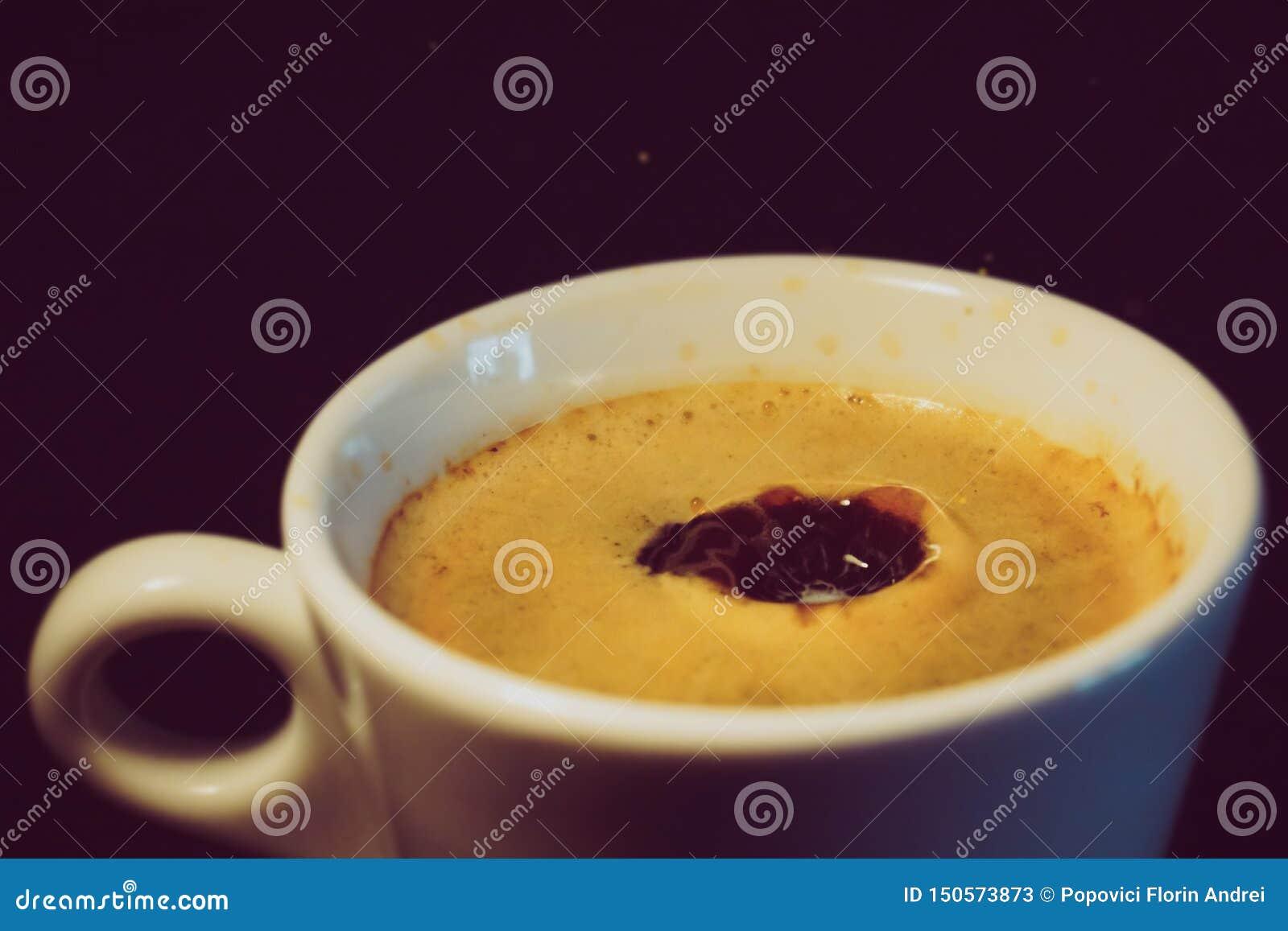 Gota do leite que cai em uma xícara de café